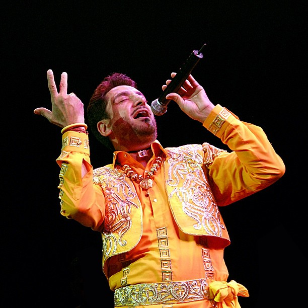 gurdas maan singing a new song on stage.