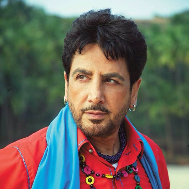 gurdas maan is in old colthes of punjai style.